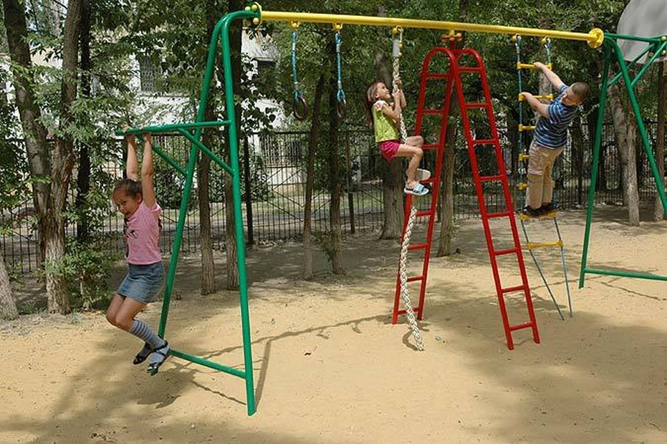 Пока дети работающих родителей предоставлены сами себе.