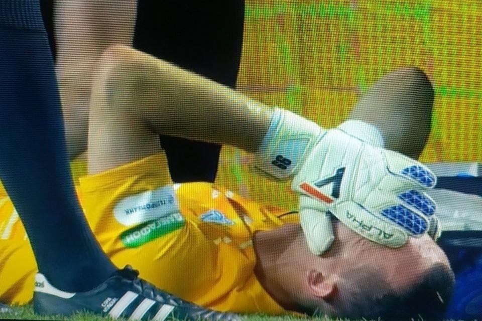 """Андрей Лунев получил травму, выбивая мяч от ворот. Фото: кадр с трансляции """"Матч ТВ"""""""