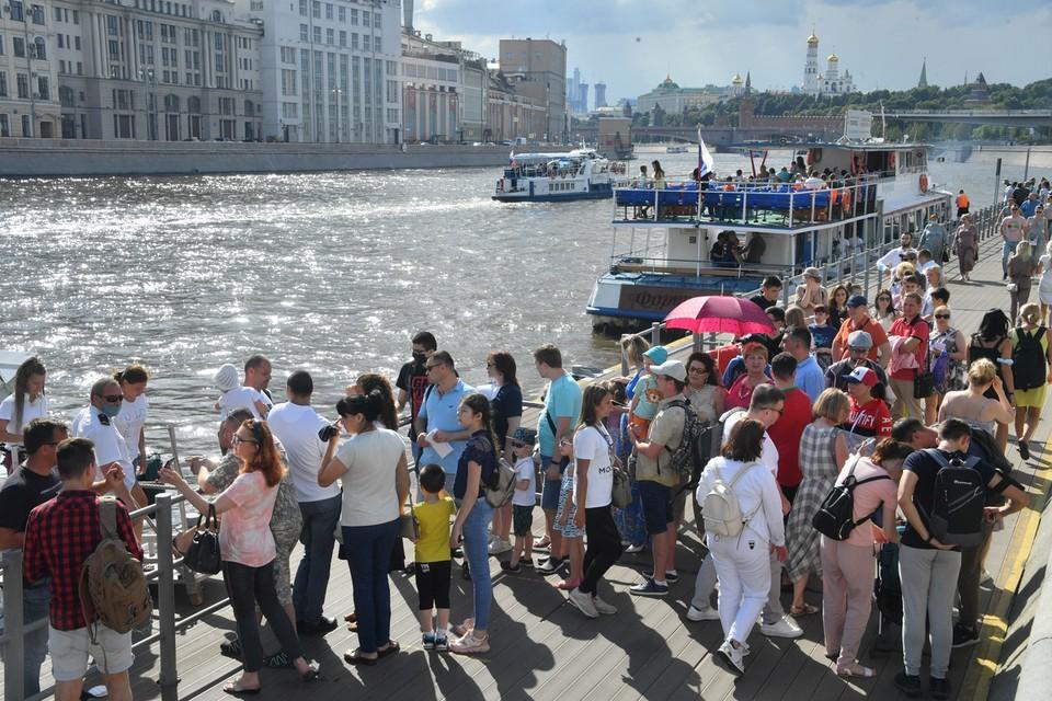 Несмотря на то, что официально «массовые зрелищные мероприятия на свежем воздухе» в Москве сейчас под запретом, народ все равно толпится.