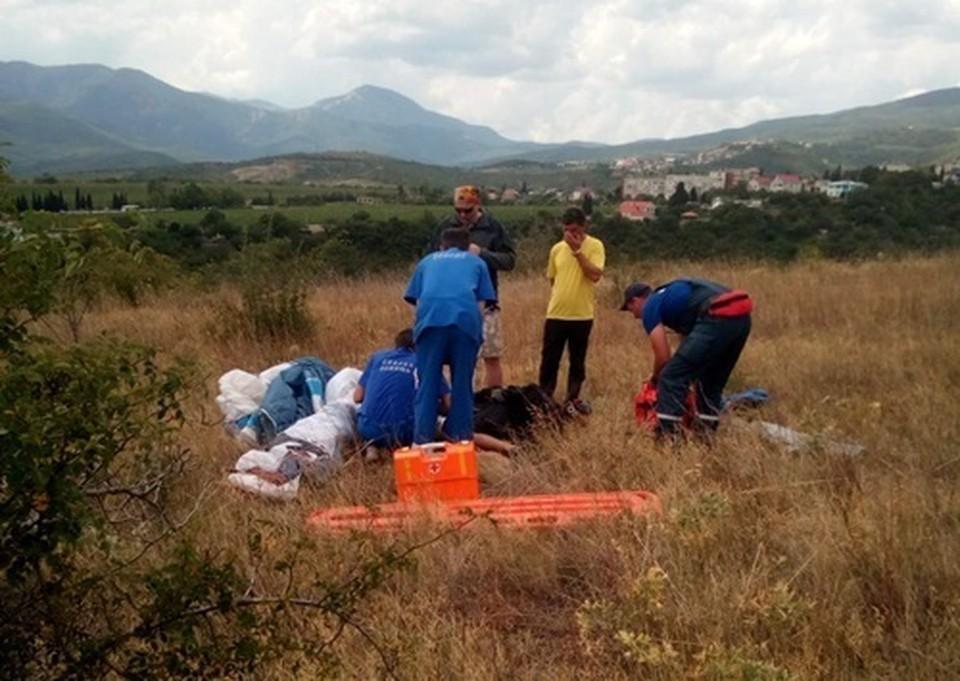 Спасатели оказали первую помощь пострадавшему / Фото: Пресс-служба МЧС по РК