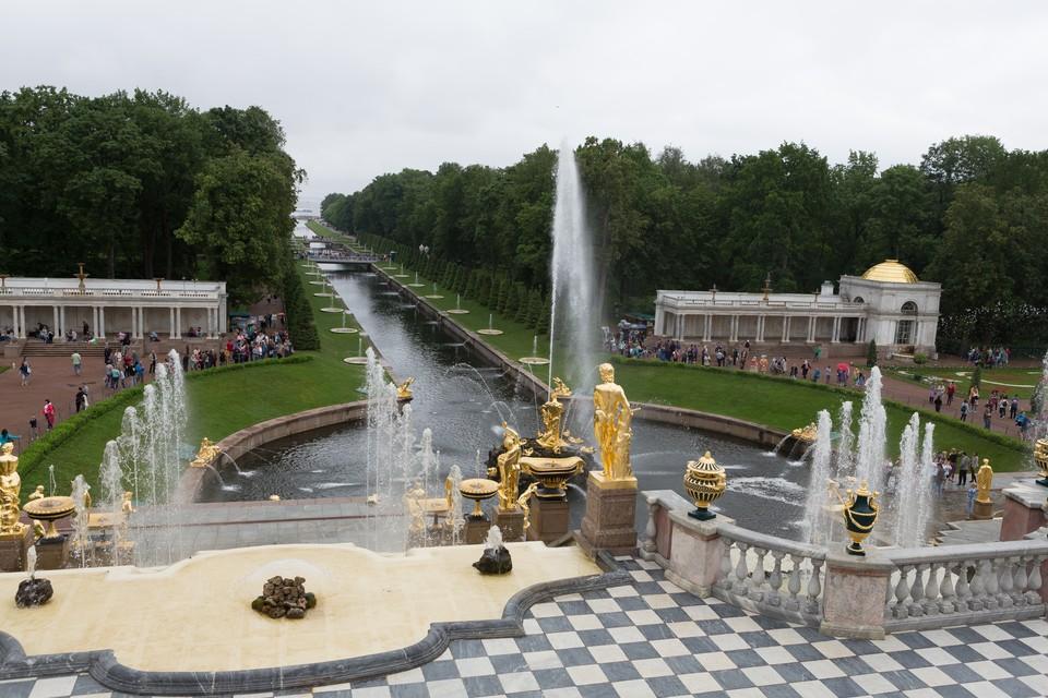 В Нижнем парке вандалы поломали мраморную статую.