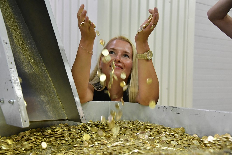 Монетки оставляют на кассе или просто выбрасывают