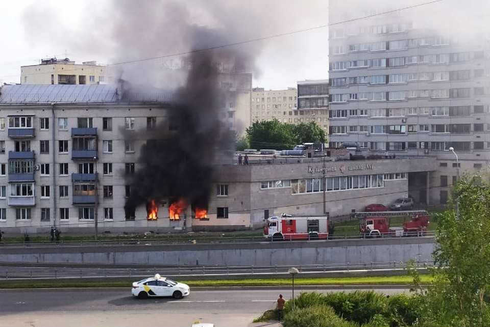 Пожар охватил здание на Краснопутиловской утром 15 июля