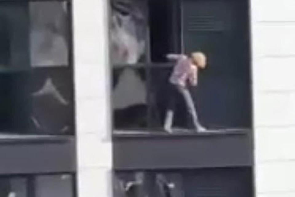 В Уфе «отчаянную домохозяйку» засняли без страховки на высоте 50 метров