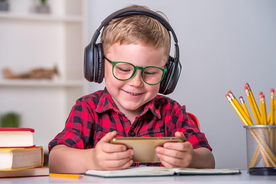 Главный парадокс: мы предполагаем, что овладение смартфонами даст нашим детям какое-то невероятное конкурентное преимущество