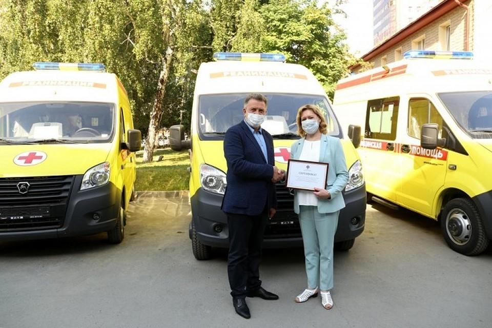 Андрей Шимкив передали руководителям медицинских учреждений Новосибирской области ключи от 19 автомобилей скорой медицинской помощи. Фото: zsnso.ru
