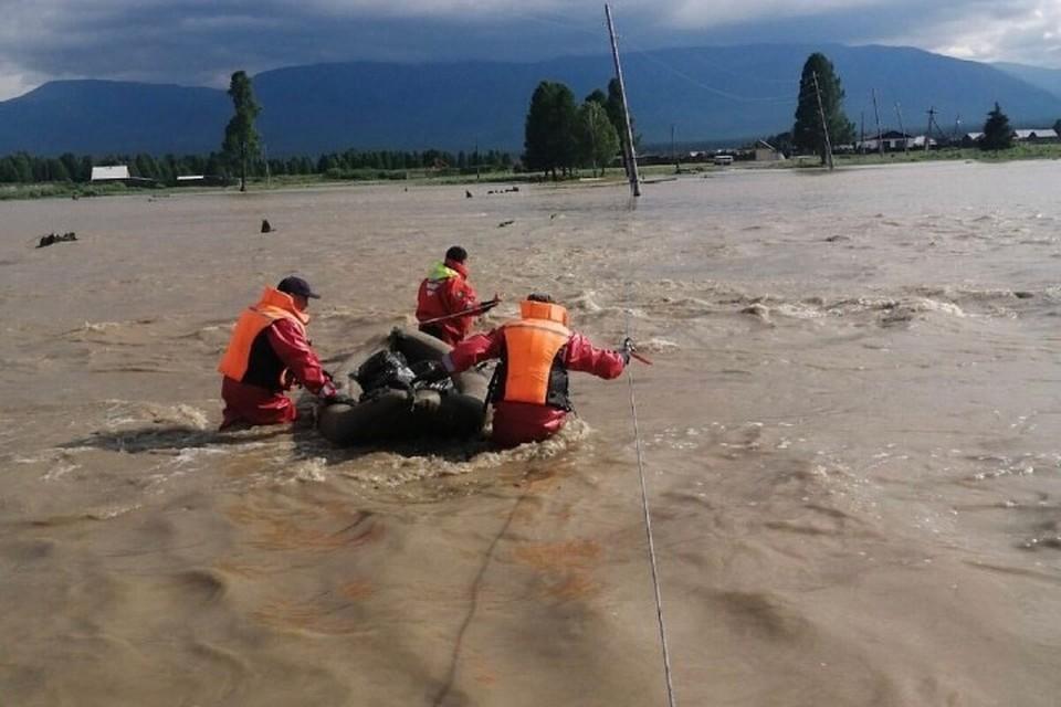 В Туве по селу передвигаются на лодках Фото: ГУ МЧС Тувы