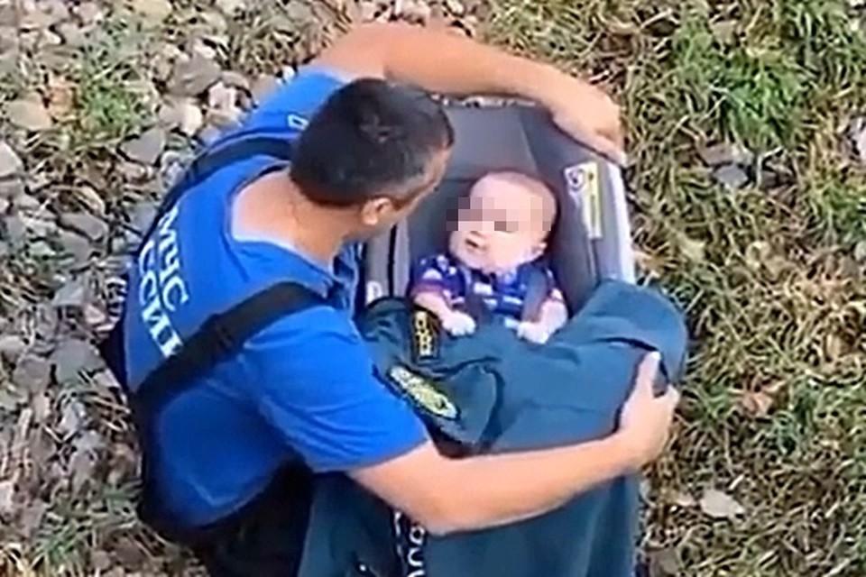 Сотрудник МЧС дружелюбно общался с малышом на берегу