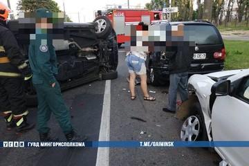 В Минске пьяная водитель врезалась в 4 авто и уронила «Джили Атлас» на левый бок