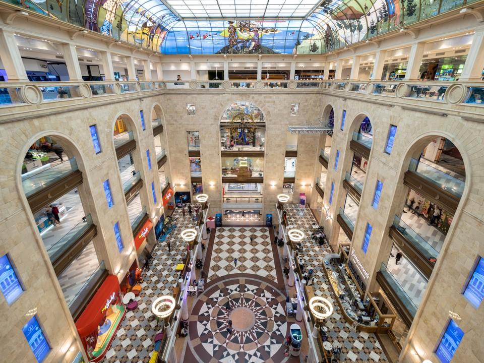 ЦДМ на Лубянке открыл свои двери после режима самоизоляции. Сегодня здесь для посетителей работают более 100 магазинов, фудкорт и Гастрогалерея, а также салоны красоты и спортивная студия.