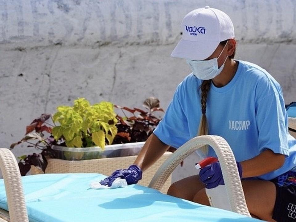 На курорте дезинфицируют пляжное оборудование, аттракционы, общественный транспорт и парковую мебель. Фото: МКУ «Агентство ИНКОМ»