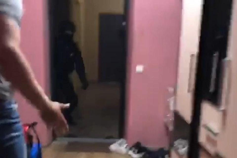 В ролике видно, как люди в черном выпиливают входную дверь и заламывают хозяина.