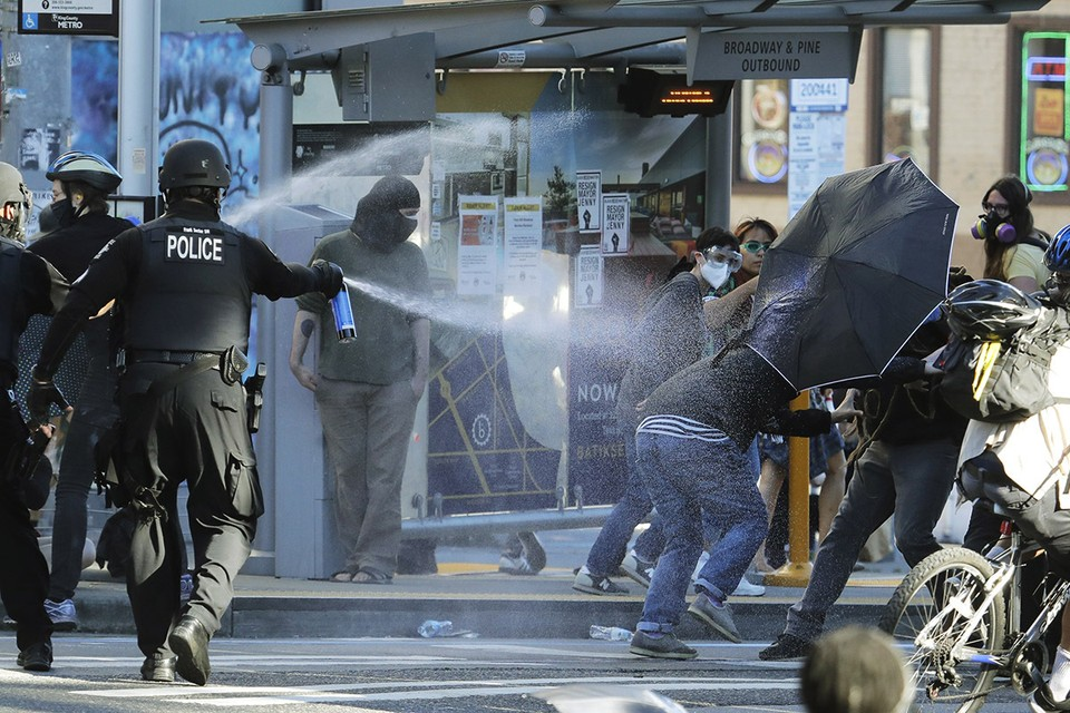 В ночь на воскресенье беспорядки стали настолько массовыми и неконтролируемыми, что полиция объявило происходящее в Сиэтле мятежом.