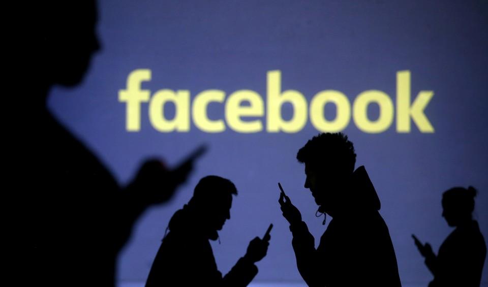 От создателя Facebook потребовали удалить посты с отрицанием Холокоста.