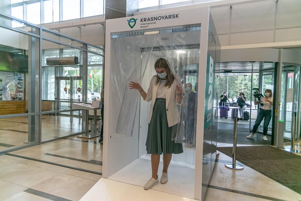 Первый в России дезинфицирующий коридор появился в аэропорту Красноярска.