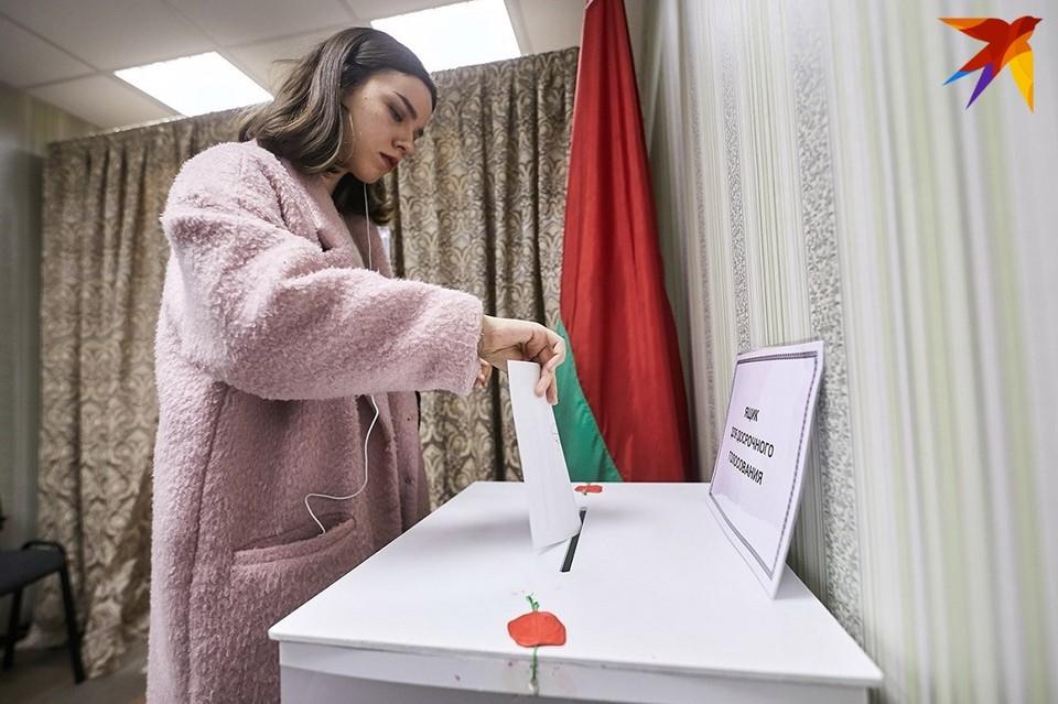 Бюллетень заполняется в кабине для тайного голосования, после чего избиратель опускает его в ящик.