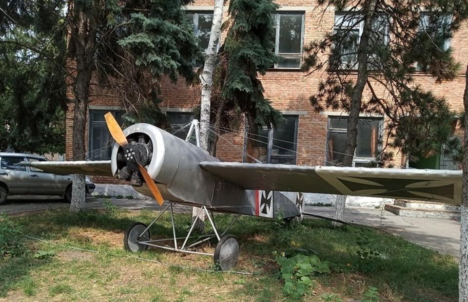 Самолет во дворе вино-водочного завода. Фото: соц. сети