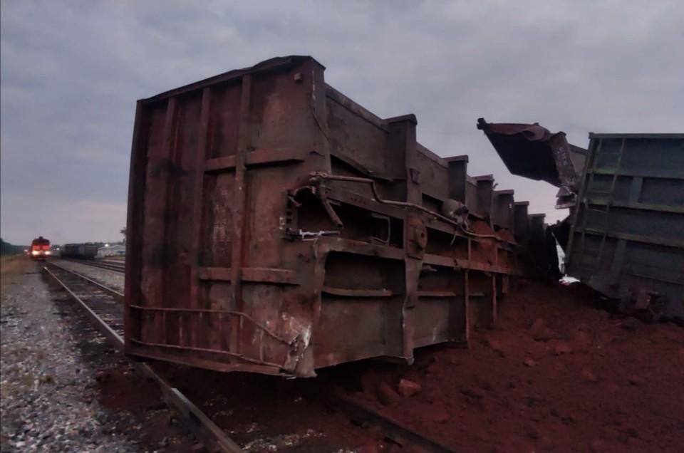 На месте аварии сейчас работает аварийно-восстановительный поезд (АВП) из Микуня Усть-Вымского района. Фото Миян Емва + Княжпогостский район.