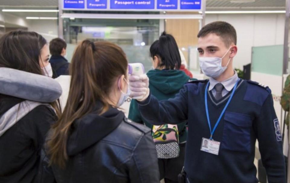 В аэропорту Кишинева семейную пару, вернувшуюся с моря, оштрафовали на 10 тысяч леев за отказ сидеть на самоизоляции