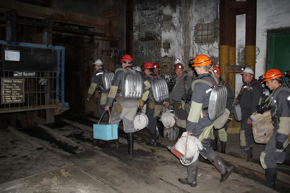 Горноспасатели третьи сутки борются с огненной стихией под землей. Фото: МЧС ДНР