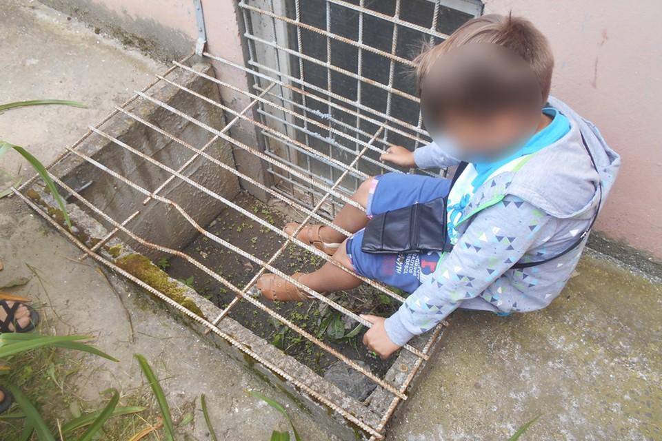 В Мозыре мальчик засунул ноги в решетку и не смог выбраться без помощи спасателей. Фото: МЧС.