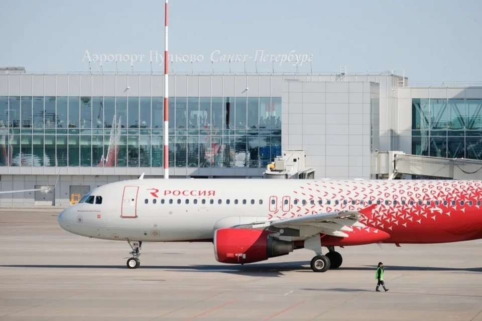 Самолет, следовавший из Санкт-Петербурга в Красноярск, срочно вернулся в Пулково из-за трещины в стекле кабины.