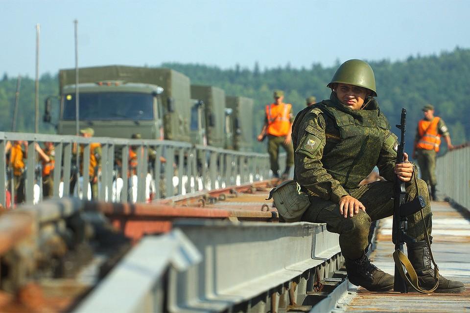 Солдат на учениях железнодорожных войск РФ.