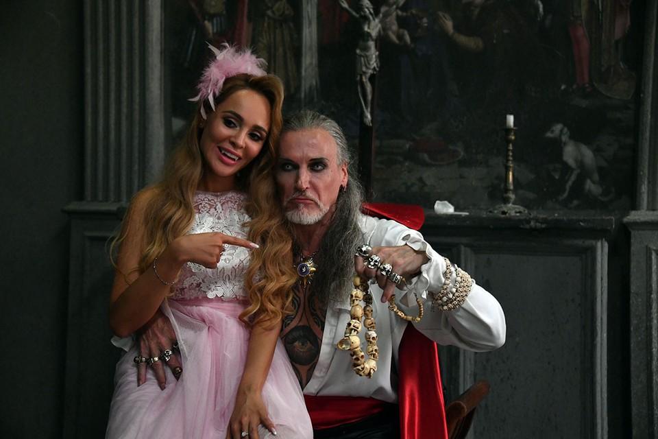 На съемочную площадку клипа Анны Калашниковой «Обезоружил» Никита Джигурда прибыл одним из первых. Артиста пригласили на роль Дракулы.