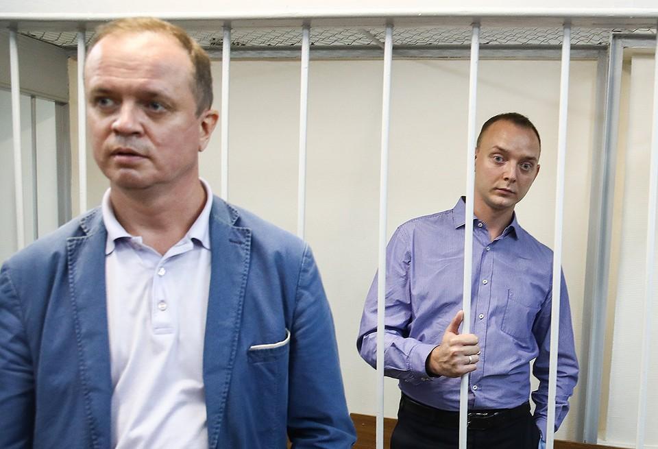 Адвокат Иван Павлов (слева) и Иван Сафронов, задержанный по подозрению в государственной измене, в Лефортовском суде во время рассмотрения вопроса об аресте. Фото Валерий Шарифулин/ТАСС