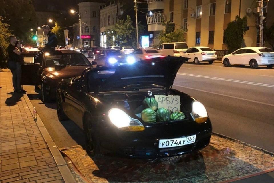 В Ростове владелец дорогой иномарки принялся торговать арбузами из багажника. Фото: соцсети