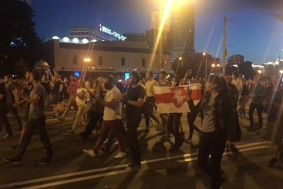 Люди в центр Минска подтягиваются, там много ОМОНа, стоят автозаки. Некоторые журналисты говорят, что пошли уже какие-то столкновения.
