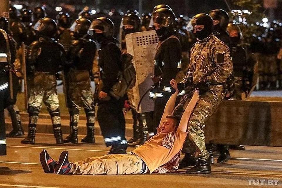 Видео наезда автозака на протестующих в Минске появилось в сети. Фото: @tutby_official