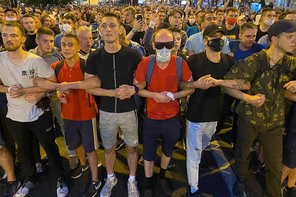 Участники вечернего протеста в центре Минска.