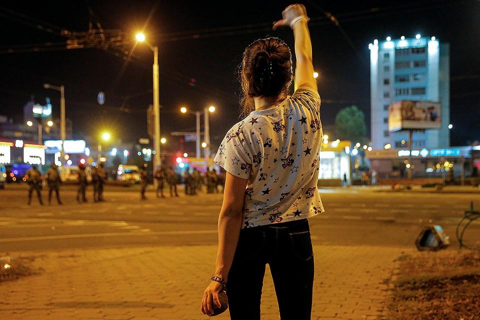 Участница оппозиционного протеста в центре Минска.