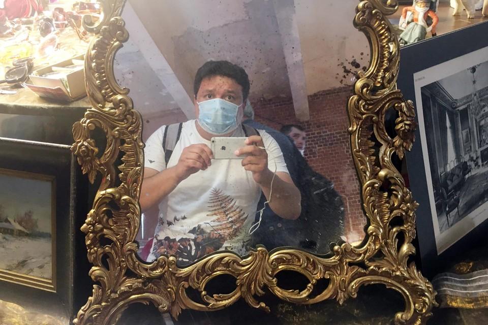 Защитная маска на барахолке - обязательное условие (стоит 20 рублей на входе)