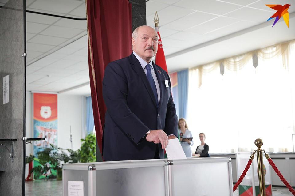 Александр Лукашенко проголосовал в основной день выборов на участке в Университете физкультуры.