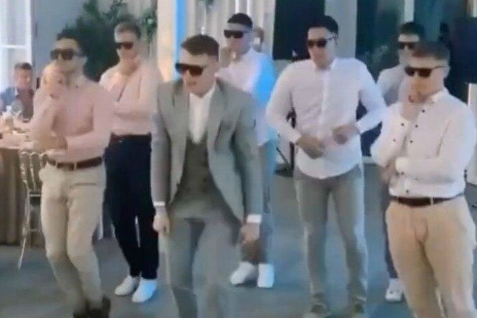 Жених с друзьями так станцевали для невесты в Красноярске, что собрали 2,5 миллиона просмотров в соцсетях Фото: стопкадр с видео