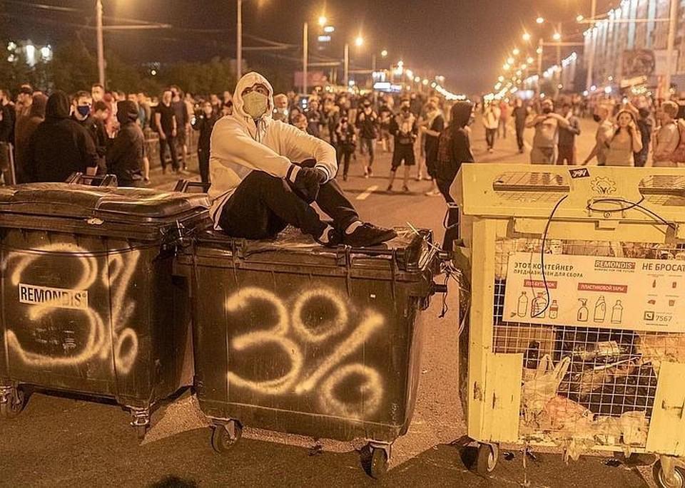 Мы дозвонились до одного из участников протестов Славы, который находится около станции метров «Спортивная» в Минске.