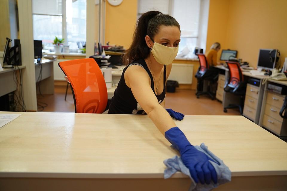 Главный аксессуар сезона-2020, а по совместительству средство защиты — медицинскую маску, в ближайшие месяцы придется продолжать носить.