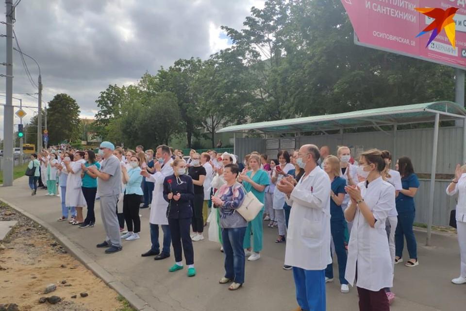 Медики вышли в знак протеста возле БСМП.