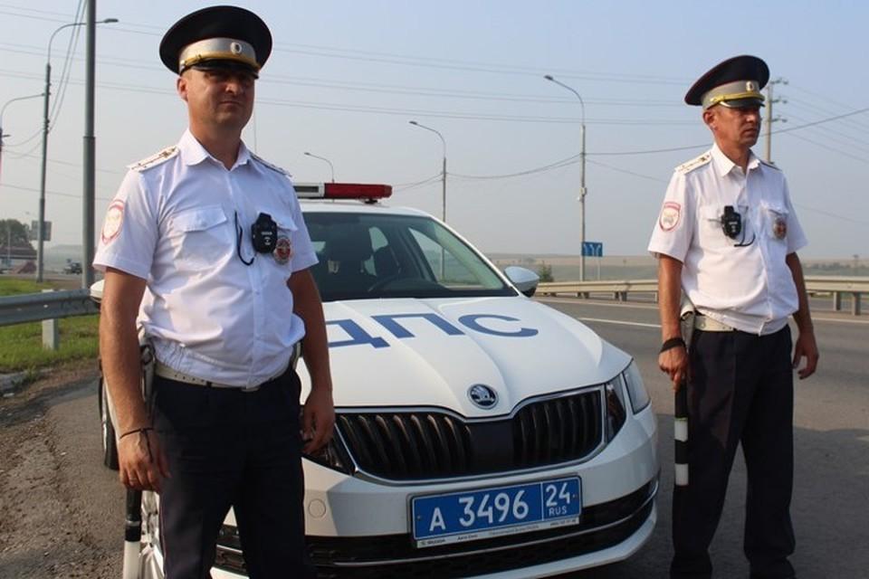 Полицейские быстро домчали мужчину с острой болью в больницу Фото: ГУ МВД по Красноярскому краю