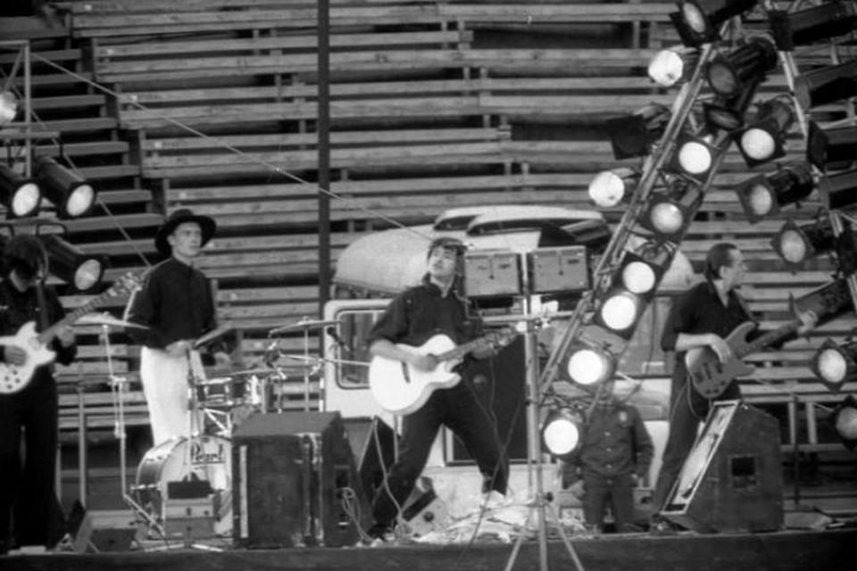 """27 мая 1990 года. Выступление Виктора Цоя на иркутском стадионе """"Труд"""". Фото: Константин КУЛИКОВ"""