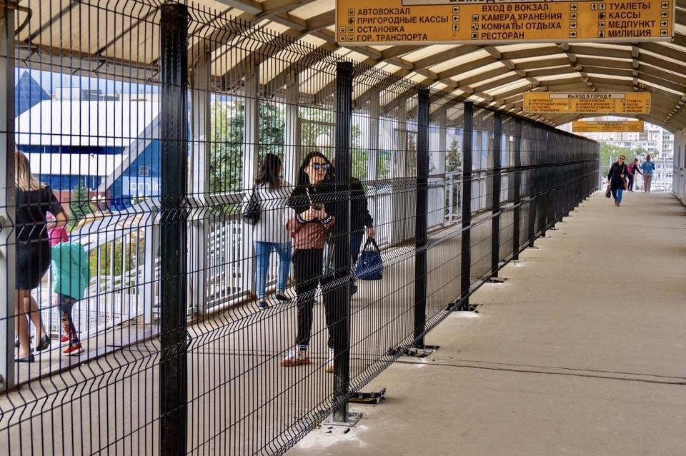Вот так теперь выглядит пешеходный мост рядом с вокзалом. Фото: Лев Владов