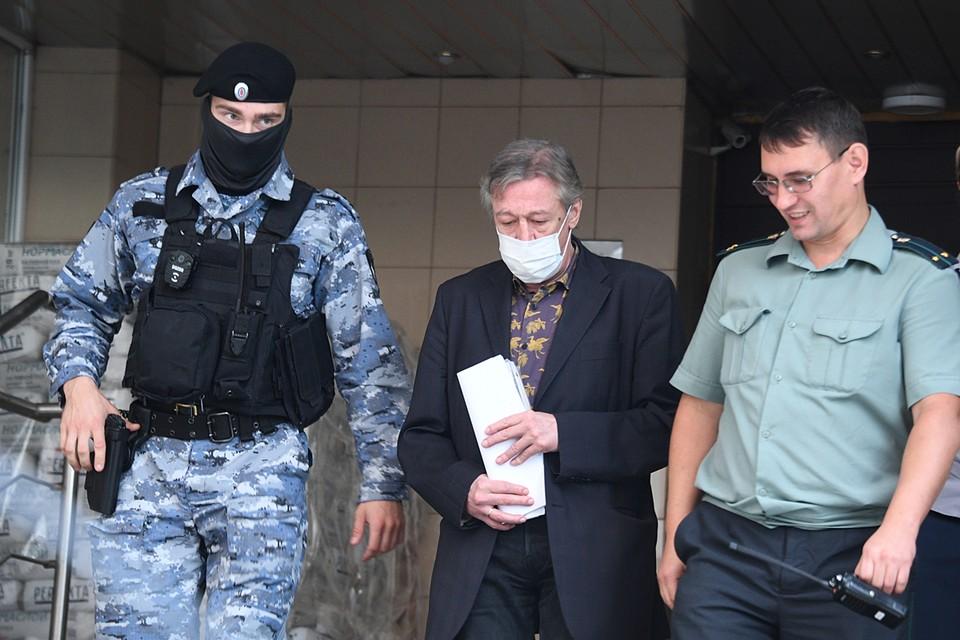 Михаил Ефремов второй день подряд явился на процесс в костюме