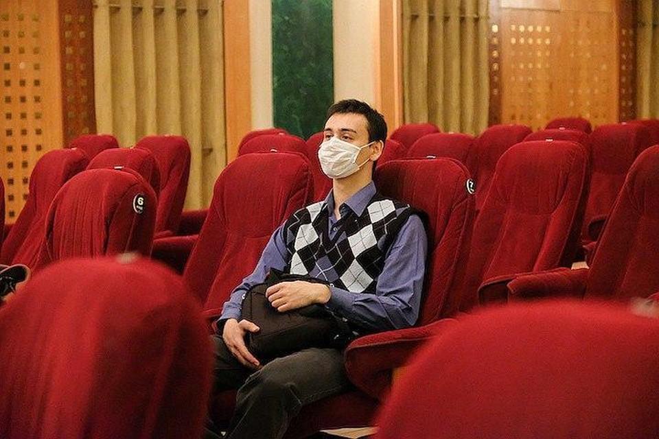Смотреть кино нужно в маске, только далеко не все это соблюдают.