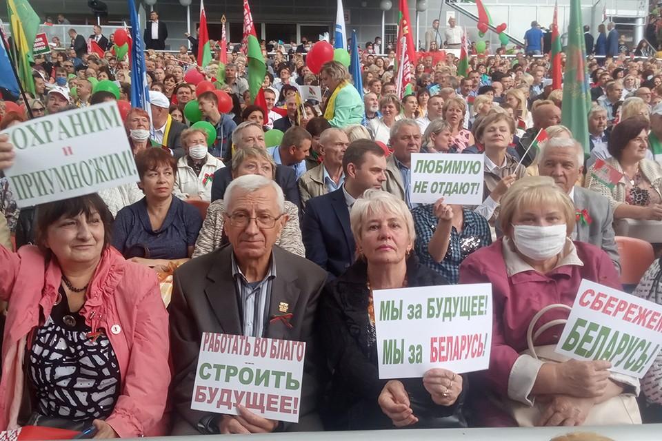 В Витебске прошел митинг в поддержку Александра Лукашенко и патриотический концерт. Большинство собравшихся принесли плакаты, отпечатанные типографским способом.