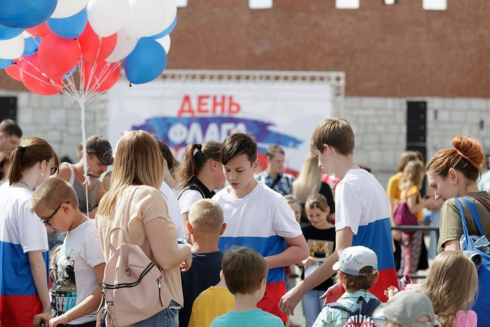 Флешмоб, фестиваль красок и аэростаты: в Туле отметили День флага