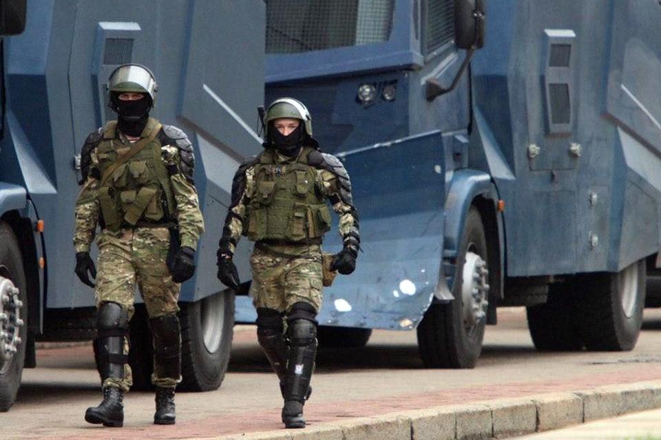 Между тем, у Дома правительства, где находится еще одна из колонн протеста, разместилась мощная группировка внутренних войск и ОМОНа