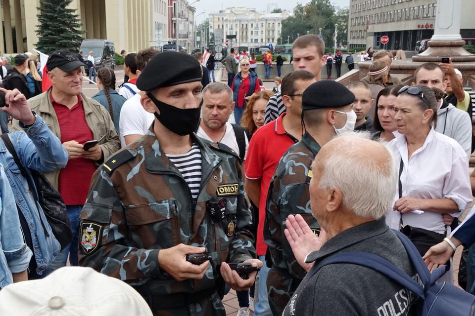 ОМОНовцы вступили в диалог с протестующими в Минске