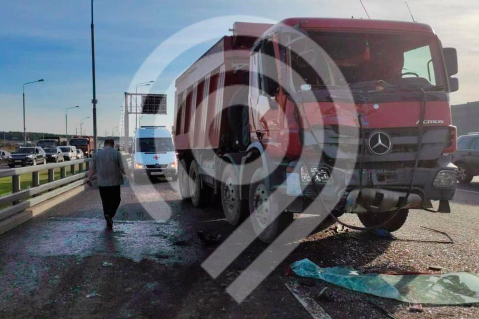 У грузовика отказали тормоза, после чего самосвал столкнулся с 398 автобусом. Фото: Дептранс